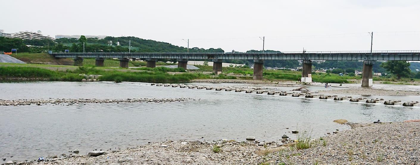 昭島の多摩川の河原の写真