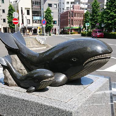 昭島市内のアキシマクジラのシンボル(アキシマクジラの像)
