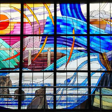 昭島市内のアキシマクジラのシンボル(アキシマクジラステンドグラス)