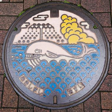 昭島市内のアキシマクジラのシンボル(アキシマクジラのマンホール)